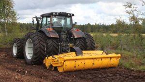 Suokoneen laite traktorin perässä