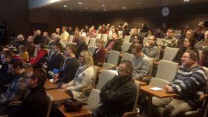 Kymmenet kiinnostuneet tulivat Oulun te-toimistoon kuuntelemaan Pohjois-Ruotsin työpaikoista.