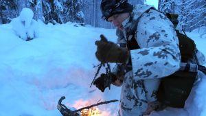Kouluttaja Adam Quiston Yhdysvaltain asevoimien talvikoulutuskeskuksesta Alaskasta