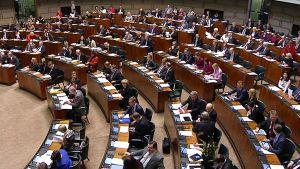 Kansanedustajia istuntosalissa.