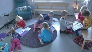 Lapsia leikkimässä Nokialaisessa päiväkodissa