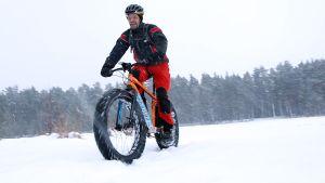 Markku Eilola-Jokivirta ajaa läskipyörällä lumisessa maastossa.