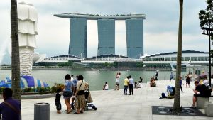 Singaporelaisen hotellin uima-altaat sijaitsevat hotellin kattoterassilla.