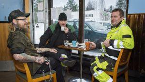 Miehiä kahvilla Kessan baarissa