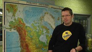 Laitilan Wirvoitusjuomatehtaan toimitusjohtaja Rami Aarikka Pohjois-Amerikan kartan edessä.