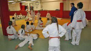 Nuoret judokat kuuntelevat ohjeita.