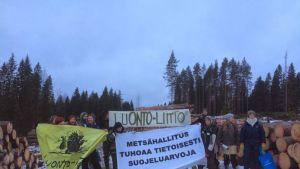 Luonto-liiton mielenosoittajat pysäyttivät hakkuut Keuruulla
