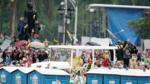 Paavi Franciscus tervehti yleisöään Manilassa sunnuntaina.