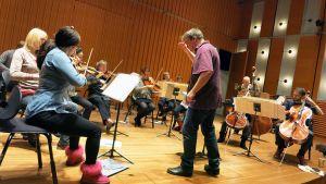 Kapellimestari John Storgårds johtaa Lapin kamariorkesterin harjoituksia