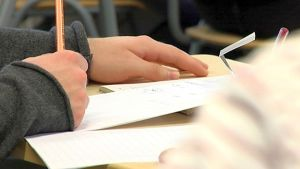 Oppilas kirjoittaa koulutunnilla.