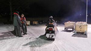 Kalastajia lähdössä Säkylän yhäjärvelle muikunpyyntiin moottorikelkoilla.