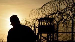 Yhdysvaltain sotilas vartioi Guantánamon vankileiriä huhtikuussa 2014.