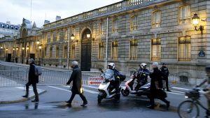 Poliiseja Élysée-palatsin ulkopuolella.