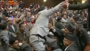 Perustuslakia säätävän kokouksen edustajat kahinoivat Nepalin parlamentissa.