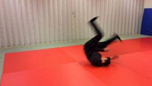 Judoka Marko Suomi neuvoo kaatumaan oikein