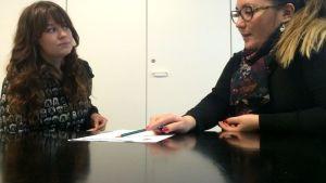 Amalia Ojanen opastaa opiskelijaa