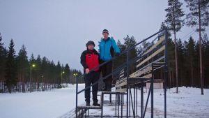 Maakuntaviestin 2015 kilpailutoimikunnan puheenjohtaja Lasse Mukkala ja ratamestari Esko Markkila kisa-areenalla.