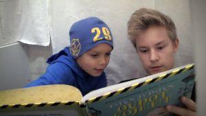 Lapset lukevat satukirjaa.