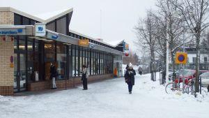 Ihmisiä pankin edessä Pirkkalan keskustassa.