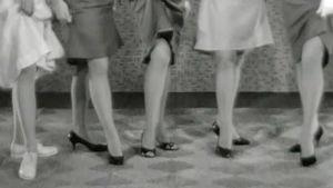 Naisilla nylon-sukkahousut jalassa vanhassa kuvassa.