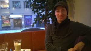 Tanssija Riku Koskinen istuu riihimäkeläisessä kahvilassa.