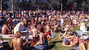 Jazzkansaa piknikillä helteisenä päivänä vuonna 1981