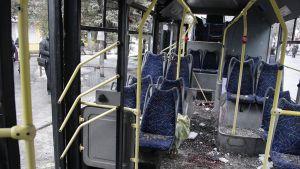 Iskussa vaurioitunut linja-auto sisäpuolelta.