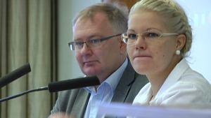 Ulvilan valtuuston puheenjohtaja Kimmo Vepsä (kok.) ja Porin valtuuston puheenjohtaja Diana Bergroth-Lampinen (sd.).