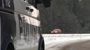 Poliisiauto valvoo liikennettä moottoritiellä