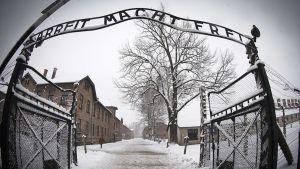 Auschwitzin keskitysleirin pääportti.