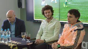 SJK:n toimitusjohtaja Janne Kotamäki, Mehmet Hetemaj ja valmentaja Simo Valakari.