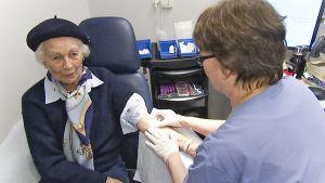 95-vuotias Margaretha Myrander on tyytyväinen valinnanvapauteen. Hän asioi yksityisessä Sofihemmet -terveyskeskuksessa Östermalmin kaupunginosassa.