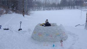 Nainen rakentaa jääiglua Mytäjäisen rannalla Lahdessa.
