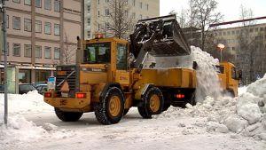 Lumitöitä Oulun keskustassa 28.1.2014