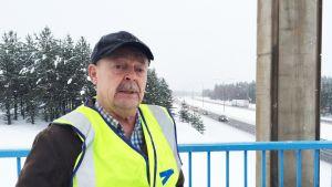 Vanha tievirkamies Ari Forstadius vaatii turvallisempia nopeurajoituksia Oulun moottoritielle.