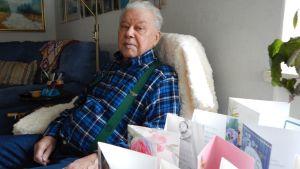 Kotkalainen Nestori Miikkulainen täytti torstaina 80 vuotta. Kannattaa huomioida KTP-fanin tyylikkäät henkselit