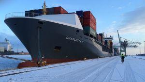 laiva satamassa talvella