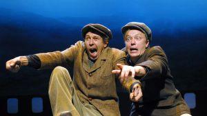 kaksi miesnäyttelijää teatterin lavalla