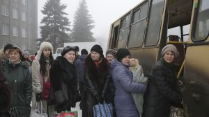 Siviilejä nousemassa bussiin Debaltseven kaupungissa.