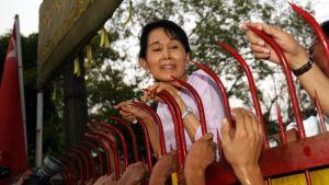 Aung San Suu Kyi talonsa portilla kotiarestin päättymispäivänä 13. marraskuuta 2010.