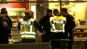 Poliiseja Malmössä sijaitsevassa kauppakeskuksessa.