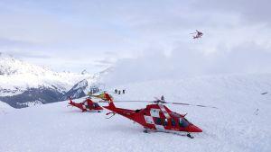kolme helikopteria vuorella ja yksi ilmassa