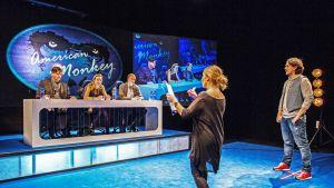 Idols-maailman raadollisuutta valottava komedia American Monkey on neljän pohjoisen teatterin yhteistuotantoa.