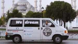 Mainoksilla teipattu pakettiauto Nepalissa.