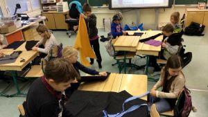 Nummen koulun neljäsluokkalaisia Pienen merenneidon lavastetyöpajassa