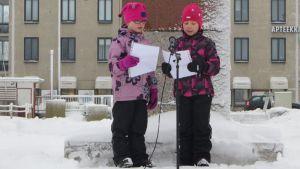 Miisa Uotinen ja Kiira Höök julistvat saimaannorpalle pesärauhan.