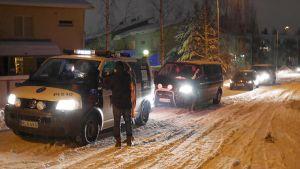Poliisit tekevät dna-testejä Tesomalla
