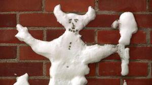 Sarvipääpiru seinällä lumelle tehty