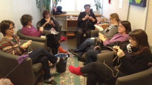 Naisia neulomassa.