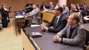 AKT:n entinen puheenjohtaja Timo Räty ja hänen asianajajansa Heikki Lampela Helsingin käräjäoikeudessa.